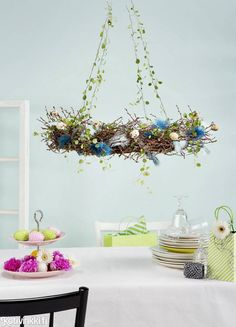Pääsiäiskranssi | Kotivinkki Plant Hanger, Handicraft, Projects To Try, Wreaths, Entertaining, Spring, Flowers, Inspiration, Diy