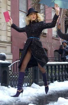 Sarah Jessica Parker Shoe Gallery - SJP's 51 Best Pairs of Shoes Carrie Bradshaw Outfits, Carrie Bradshaw Style, City Outfits, Fashion Outfits, Sarah Jessica Parker Lovely, Simple Outfits, Celebrity Style, Style Inspiration, Snow Boots