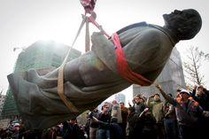 """La dernière chute de Lénine - 15/10/2012  La dernière statue de Lénine trônant encore à Oulan Bator, capitale de la Mongolie, à été démontée le 14 octobre devant quelques spectateurs qui lui lançaient des chaussures pour témoigner leur mépris. Bat-Uul Erdene, le maire de la ville, a qualifié le fondateur de l'Union soviétique de """"meurtrier"""" avant qu'une grue ne l'emporte."""