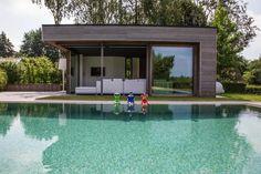 Poolhouse avec profil en planchettes horizontales en bois exotique ( Veran-profil en Afrormosia ) + baies coulissantes