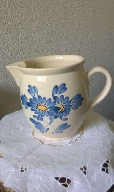 Brocca, caraffa, bricco in terracotta smaltata beige e disegni floreali con petali blu, giallo e marrone vintage di GMG1982 su Etsy