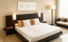 chambre contemporaine avec tête de lit de couleur wengé et ensemble de lampadaire et deux appliques liseuses