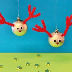 Mit leichten, schnellen und dennoch wirkungsvollen DIY-Ideen wird das Weihnachtsbasteln zu einem schönen Familienritual. Wir verraten euch drei Bastel-Hits, die ihr auch mit kleinen Kindern mit wenig Material und ohne Bastelvorkenntnisse einfach und schnell erfolgreich umsetzen könnt. #Weihnachtsbasteln #Felicitas #RudolfWeihnachtskugeln #DieAngelones Christmas Ornaments, Holiday Decor, Material, Blog, Home Decor, Simple, Decoration Home, Room Decor, Christmas Jewelry