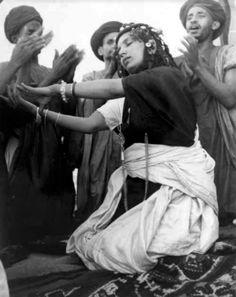 Africa | Danse de la Guedra. Tribu Ait Oussa. Maroc. ca. 1947 | ©Jean Besancenot
