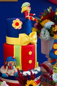 A alegria dos palhaços Patati Patatá contagiou a festa de 2 anos da Lorena! A decoração ficou por conta da Malu Mattos, que criou uma mesa bem colorida, re