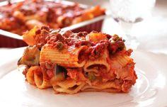 """Altro piatto """"forte"""" (in molti sensi!) della cucina siciliana, sono i maccheroni alla modicana. Fanno parte delle tipiche ricette natalizie, ma mica sarà grave consumarne un po' anche domenica! Molto simile al Taganu originario di …"""