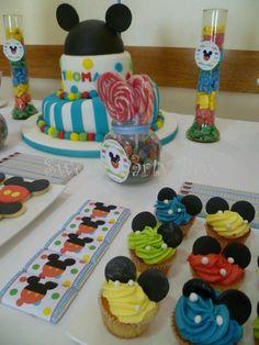 Buena mesa de pasteles y tartas tematizadas con la casa de Mickey mouse