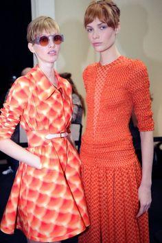 Chaqueta y vestido de fiesta en color naranja - Foto Cacharel