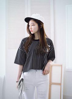 Today's Hot Pick :ベースボールロゴ入りストライプTシャツ http://fashionstylep.com/SFSELFAA0015755/coiija/out やや伸縮性のあるポリエステル混紡素材を使ったストライプTシャツです。 5分袖&ボクシーなシルエットがキュートなアイテム☆ 胸とバックにあしらわれたハートベースボールプリントが ユニークなワンポイントに♪ トレンディーなクロップドデザインでスタイリッシュなカジュアルコーデが完成!