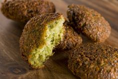 Falafel is deep fried balls doughnut-shaped made from ground chickspea and spices.It is a Egyptian dish but it is commonly eaten through Asia.Here we show you easy falafel recipe.So let's check out the falafel recipe below. Israeli Food, Israeli Recipes, Food Plus, Eastern Cuisine, Jewish Recipes, Middle Eastern Recipes, Vegan Recipes, Legumes, Healthy Recipes