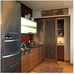 l'espace de rangement derrière les portes coulissantes….une façon de récupérer peut-être les armoires actuelle et les rendre invisible...