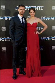 """Even if some fans cannot help but gush about Theo James and Shailene Woodley's love scene in """"Divergent,"""" the says that there is nothing sensual about it. But also did anyone notice that the sigh says """"Divergente"""" and not """"Divergent""""! Divergent Party, Divergent Fandom, Divergent Series, Theo James, Theo Theo, Theodore James, Insurgent Movie, Allegiant, Movie Duos"""