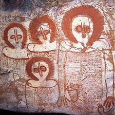 Kimberley Rock Art Australia– Volume Two: North Kimberley Dibujos Dark, Art Rupestre, Cave Drawings, Aboriginal Painting, Aboriginal Culture, Alien Art, Indigenous Art, Ancient Aliens, Ancient Artifacts
