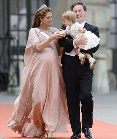Prinz Carl Philip von Schweden & Sofia: Sie haben JA gesagt -  Mamaaa, ich will zu dir! Auf dem Weg in die Kirche strampelte die kleine Leonore so sehr, dass sie fast aus den Armen von Papa Chris kippte http://www.bild.de/unterhaltung/royals/schweden-hochzeit/prinz-carl-philip-heiratet-sofia-41345518.bild.html