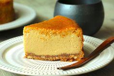 今日のおやつは、黒蜜きなこのチーズケーキ。 黒蜜ときな粉をたっぷり混ぜ込んだ、和のチーズケーキです。 黒蜜きなこのチーズケーキのレシピ (15cm丸型) 【ボトム】 ・ビスケット 70g ・きなこ 20g ・バター(無塩) 30g 【黒蜜生地】 *黒砂糖 100g *水 50g ・クリームチーズ 250g ・砂糖 大さじ2 ・卵 2個 ・生クリーム 200cc ・薄力粉 20g // ◎黒蜜きなこチーズケーキの作り方◎ ① 厚めのビニール袋にお好きなビスケットを入れて砕きます。そこにきな粉を加えて軽く混ぜます。電子レンジで加熱して溶かしたバターを加えてビニール袋の上からしっかり揉みます。 オー…