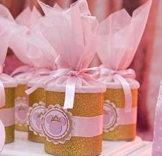 Que bela festa nos brinda a La Fiesta Decorator, da Maira Alejandra. Um sonho cor de rosa e dourado. Detalhes de muitas pérolas e glitter dourado.Os pila