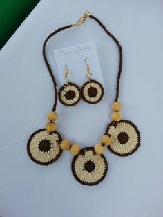 Collar tejido color marrón y crema con wooden beads. Neckless  colours Brown and cream with wooden beads