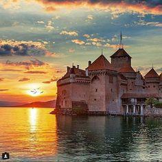 Acima, o Chillon Castle, fica na Suíça, lindíssimo