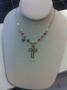 Cadena oro laminado  y piedra, crucifijo.