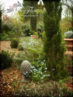 The garden in April.Photo © Hélène Flont‿ ◕✿