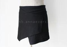 La falda del momento... sin duda la más fotografiada y la más buscada. La falda origami. Es una falda solapada con picosasimétricossuperpuestos en la