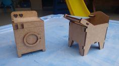 Lavanderia Mini <br>Mais um cômodo para a casinha de bonecas! Um charme! <br>Em MDF cortado a laser. <br>Contém duas peças: <br>máquina 5x7,5x5 <br>tanque 7,5x6x4,5