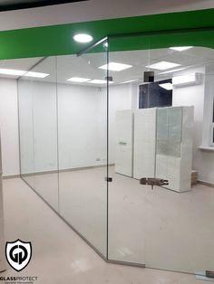 Pereți de sticlă. Folosiți pentru delimitarea spațiului interior. #util #comod #glass #walls #office #interiordecor #officedecor #saintgobainglass #glassdesign #glasswalls Saint Gobain Glass, Glass Walls, Offices, Divider, Restaurant, Interior, Modern, Room, Furniture