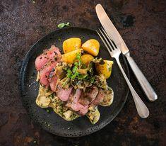 Nach dem Anbraten der Steaks wird der Bratensatz mit Cognac gelöst. Das sorgt für zusätzlichen Geschmack in der Sauce.