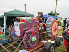 Here is a yarnbombed tractor by The Athenry Crafts and Chat group in Galway, Ireland . It was created over 4 months by 29 members and premiered at The Athenry Agricultural show . Crochet Art, Crochet Patterns, Yarn Bombing, Paper Tags, Chain Stitch, Knitting Yarn, Creative Art, Creative Ideas, Fiber Art