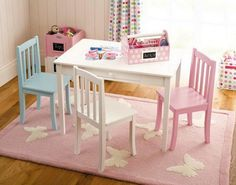 kinderzimmer mädchenzimmer weißer tisch stühle hellrosa tppich