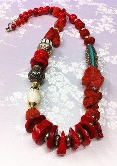 Collar coral rojo.