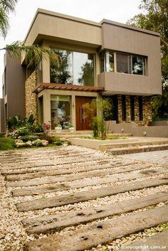 Ubicada en el área más boscosa del barrio cerrado Dorrego, esta vivienda unifamiliar realizada por el estudio Cosasminimas, fue construida a partir de la búsqueda de una excelente relación con el entorno./><meta property=