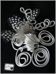 Tocado en hilo de aluminio caracolas y pplumas