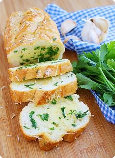 Parmesan Herb Garlic Bread – This is amazing! Easy, super fluffy garlic bread with fresh parsley and Parmesan!| thecomfortofcooking.com