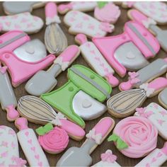 This baking set of cookies is so sweet! Decorated by using our Kitchenaid, Whisk, Rubber Spatula, Rolling Pin & Oven Mitt cookie cutters! Loving those tiny bows! Royal Icing Sugar, Royal Icing Cookies, Sugar Cookies, Graduation Cookies, Birthday Cookies, Fancy Cookies, Cute Cookies, Cookie Designs, Cookie Ideas