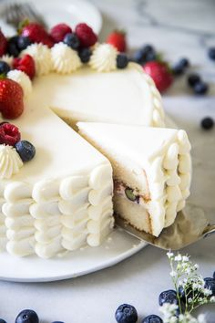 Chantilly Cake with Berries Chantilly Cake Recipe, Berry Chantilly Cake, Chantilly Cream, Frosting Recipes, Cake Recipes, Dessert Recipes, Foto Pastel, Berry Cake, Pastry Cake