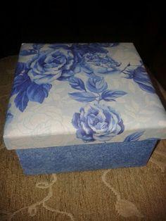 Caixa mfd forrada com tecido.