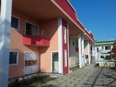 Condomínio residencial com apartamentos e duplexs, localizado à 400m da praia de Taperapuan em Porto Seguro.