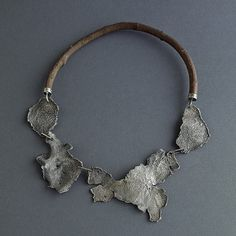 Necklace | Giuseppe Gallo.  Sterling silver and boxwood