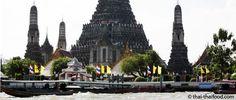 Der Tempel Wat Arun am Ufer des Chao Phraya ist bekannt für seinen 80 Meter hohen Prang auf den man hinaufklettern kann. Die Aussicht ist grandios. Bangkok, Cathedral, Building, River, Temple, Construction, Buildings, Cathedrals, Architectural Engineering