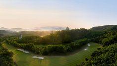 Inzwischen ist Mission Hills Golf Resort Shenzhen zum größten Golfresort der Welt herangewachsen und kommt zusammen mit dem nahe gelegenen Nebenstandort Dongguan auf zwölf Golfplätze mit drei Clubhäusern.