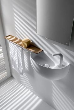 20 idee per arredare un bagno piccolo FALPER Adatto ai piccoli spazi il lavabo studiato da Falper Design + Salvatore Indriolo. Combina lavabo smussato, mensolina in legno e rubinetto integrato. falper.it