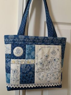 Patchwork denim bag purses ideas for 2019 Sacs Tote Bags, Quilted Tote Bags, Patchwork Bags, Japanese Patchwork, Patchwork Cushion, Patchwork Quilting, Fabric Purses, Fabric Bags, Fabric Basket