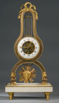 Pendule squelette en bronze doré brillant et amati, le sommet à décor de noeud…