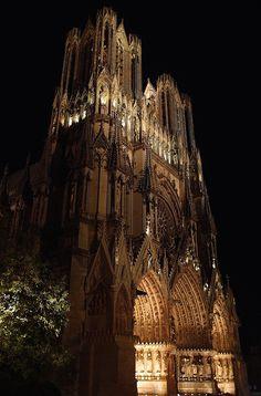 Cathedrale de Reims Gothic Architecture, Ancient Architecture, Amazing Architecture, Reims Cathedral, Art Roman, Beaux Villages, Paris City, Gothic Art, Alsace