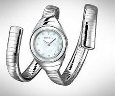 Prachtig dameshorloge van Breil de B-snake. Type: TW 1052 Deze is gemaakt van roestvrij staal en heeft twee buigbare schakelbanden, daardoor is het horloge op elke gewenste lengte te dragen. Het horloge heeft ronde wijzerplaat en bezet met kleine Swarovski kristallen. Helemaal hip en bij de tijd ;-) Nu te koop @annyvanbuul.com