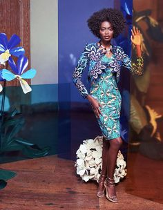 Composez-vous un style original et chic en superposant une petite veste courte et une robe moulante. Les bords de cette veste en Super-wax suivent les contours du motif de fleurs pour vous faire resplendir de beauté.
