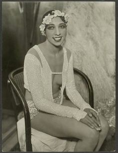 Josephine Baker, probably taken in 1928 at the Johann Strauss Theatre in Vienna. Photo by Atelier Willinger. Josephine Baker, Belle Epoque, Vintage Black Glamour, Vintage Beauty, Classic Hollywood, Old Hollywood, French Pop Music, Divas, Flappers