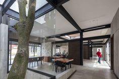 Construido en 780 en Córdoba, México. Imagenes por Luis Gordoa. . La Casa del Abuelo es una estancia pública de día para personas de la tercera edad que se encuentra ubicada dentro de las instalaciones de un parque...