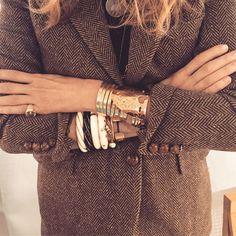 Blazer masculin + accumulation de bracelets = le bon mix (photo Aurelie Bidermann)